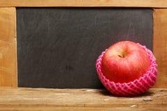 Apple sur la scène en bois Photos libres de droits