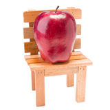 Apple sur la table d'isolement sur le blanc Photographie stock