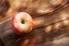 Apple sur le bois Photographie stock libre de droits