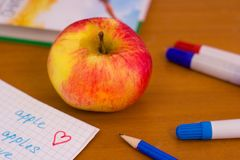 Apple sur le bureau d'école Photo stock