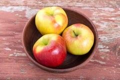 Apple sur une table en bois Photo stock