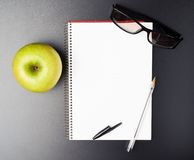 Apple, szkła i nutowa książka, Zdjęcie Stock