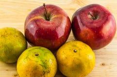 Apple & tangerine στο ξύλινο υπόβαθρο Στοκ Εικόνα