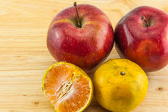 Apple & tangerine στο ξύλινο υπόβαθρο Στοκ φωτογραφία με δικαίωμα ελεύθερης χρήσης