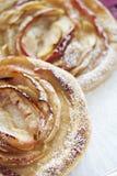 Apple-Tartlets, Blätterteig Frauenholding, die Apfelkuchen zeigt nahaufnahme Selbst gemachte Bäckerei Beschneidungspfad eingeschl lizenzfreies stockfoto