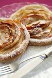 Apple-tartlets, bladerdeeg De holding die van de vrouw appeltaart toont close-up Eigengemaakte bakkerij royalty-vrije stock afbeeldingen
