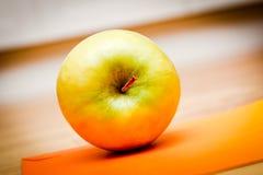 Apple tegen sinaasappel Stock Afbeeldingen