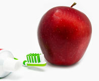 Apple, thothbrush, οδοντόπαστα στο λευκό Στοκ φωτογραφία με δικαίωμα ελεύθερης χρήσης