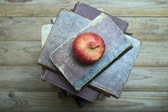 Apple und alte Bücher Stockbild