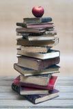 Apple und alte Bücher Lizenzfreie Stockfotografie