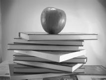 Apple und Bücher Lizenzfreies Stockbild