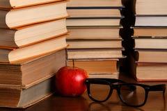 Apple und Bücher Lizenzfreie Stockbilder