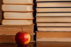 Apple und Bücher Lizenzfreies Stockfoto