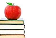 Apple und Bücher auf einem weißen Hintergrund Stockfoto