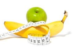 Apple und Banane mit Maßband Lizenzfreies Stockfoto
