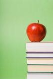 Apple und Bücher Stockbilder