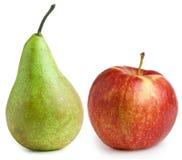 Apple und Birne getrennt auf weißem Hintergrund Stockbilder