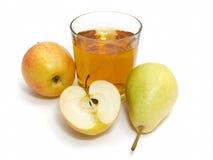 Apple und Birne mit einem Glas Saft Stockfotos