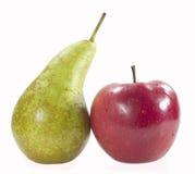 Apple und Birne mit Tropfen des Wassers Stockfotos