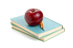 Apple und Bleistift auf Büchern Stockbild