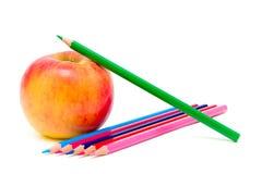 Apple und Bleistifte auf einem weißen Hintergrund Stockbilder