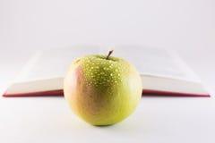 Apple und Buch lizenzfreies stockfoto