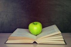 Apple und Buch stockbilder