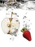 Apple und Erdbeere im Wasser Lizenzfreie Stockfotos