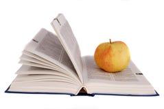 Apple und Gläser auf dem Buch Lizenzfreie Stockfotografie