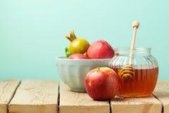 Apple und Honig auf Holztisch über blauem Hintergrund stockbilder