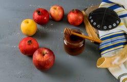 Apple und Honig, traditionelle Nahrung jüdischen torah neues Jahr Rosh Hashana Buches, kippah yamolka talit lizenzfreie stockfotos