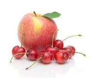 Apple und Kirsche auf einer weißen Hintergrundnahaufnahme Stockbilder