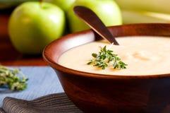 Apple-und Lauch-Suppe stockbilder