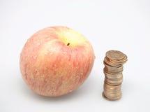 Apple und Münzen Lizenzfreie Stockfotos