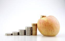 Apple und Münzen Stockfotografie