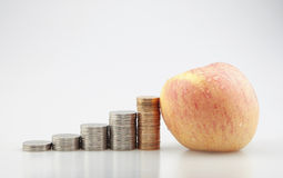 Apple und Münzen Stockfotos