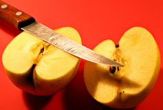Apple und Messer Lizenzfreie Stockbilder