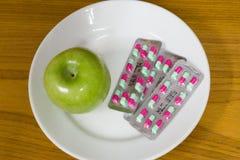 Apple und Pillen Lizenzfreie Stockbilder