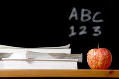 Apple und Stapel Bücher im Klassenzimmer stockbild