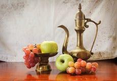 Apple und Traube mit Getränkkrug Lizenzfreie Stockfotografie