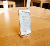 Apple valuta il nuovo iPhone 8 e il iPhone 8 più in Apple Store Fotografie Stock Libere da Diritti