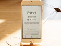 Apple valuta il nuovo iPhone 8 e il iPhone 8 più in Apple Store Fotografia Stock