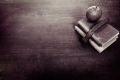 Apple, vecchi libri e scrittorio Fotografia Stock Libera da Diritti