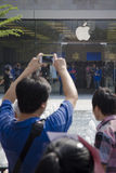Apple ventilator som använder iphone för att ta picutre Royaltyfria Bilder
