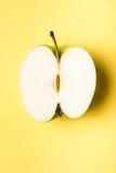 Apple verde affetta sulla vista superiore del fondo verde Immagine Stock Libera da Diritti