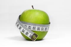 Apple verde com fita de medição foto de stock