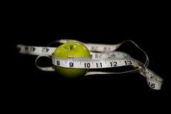 Apple verde con cinta métrica Imágenes de archivo libres de regalías
