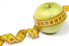 Apple verde con la cinta de medición Fotografía de archivo libre de regalías