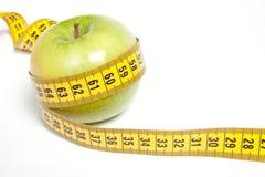 Apple verde con la cinta de medición Imagen de archivo libre de regalías
