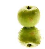Apple verde con la reflexión imagenes de archivo